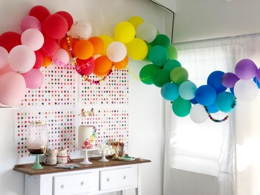 Decoración cumpleaños infantil arco iris